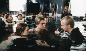 """Джеймс Камерон и несколько неизвестных актеров на съемках """"Титаника"""""""